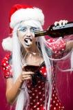 Mujer de la Navidad con el vino Fotografía de archivo libre de regalías