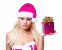 Mujer de la Navidad con la caja de regalo. Muchacha rubia hermosa Foto de archivo