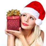 Mujer de la Navidad con la caja de regalo. Muchacha rubia hermosa feliz Imagen de archivo