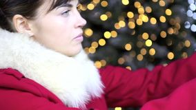 Mujer de la Navidad con la casa de oro de la decoración en fondo de las luces almacen de video