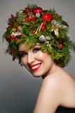 Mujer de la Navidad con las decoraciones de Navidad Fotografía de archivo libre de regalías
