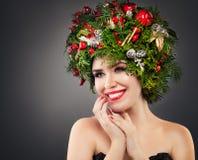 Mujer de la Navidad con las decoraciones de Navidad Fotografía de archivo