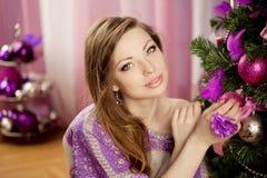 Mujer de la Navidad de la moda en interior de lujo Imagen de archivo libre de regalías