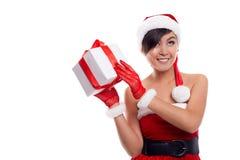 Mujer de la Navidad del sombrero de Papá Noel que celebra la sonrisa de los regalos de la Navidad Fotos de archivo libres de regalías