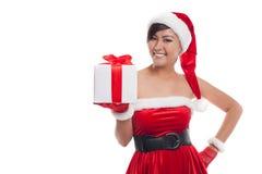 Mujer de la Navidad del sombrero de Papá Noel que celebra la sonrisa de los regalos de la Navidad feliz Fotos de archivo