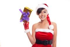Mujer de la Navidad del sombrero de Papá Noel que celebra la sonrisa de los regalos de la Navidad feliz Imagen de archivo