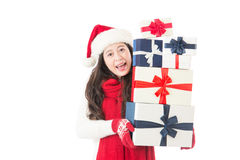 Mujer de la Navidad del sombrero de Papá Noel que sostiene los regalos de la Navidad excitados Fotografía de archivo libre de regalías