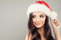 Mujer de la Navidad en Santa Hat en Grey Banner Fotografía de archivo