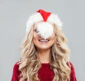 Mujer de la Navidad en Santa Hat Having Fun fotos de archivo