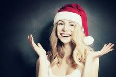 Mujer de la Navidad en Santa Hat Having Fun Fotografía de archivo