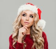 Mujer de la Navidad en Santa Hat Thinking Fotos de archivo libres de regalías