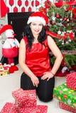Mujer de la Navidad en su casa Imagenes de archivo