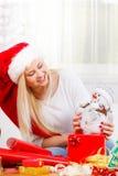 Mujer de la Navidad plaing con el juguete del muñeco de nieve Imagen de archivo