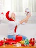 Mujer de la Navidad plaing con el juguete del muñeco de nieve Foto de archivo