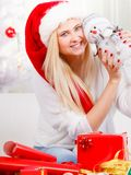 Mujer de la Navidad plaing con el juguete del muñeco de nieve Fotografía de archivo
