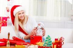 Mujer de la Navidad plaing con el juguete del muñeco de nieve Imagenes de archivo