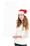 Mujer de la Navidad que muestra la bandera de la publicidad Imagen de archivo libre de regalías