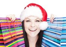 Mujer de la Navidad que sostiene bolsos de compras sobre pizca imágenes de archivo libres de regalías