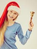 Mujer de la Navidad que sostiene la campana Imágenes de archivo libres de regalías