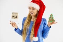 Mujer de la Navidad que sostiene el calendario y el árbol Fotos de archivo