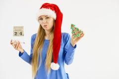 Mujer de la Navidad que sostiene el calendario y el árbol Imagen de archivo libre de regalías