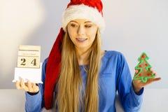 Mujer de la Navidad que sostiene el calendario y el árbol Imágenes de archivo libres de regalías