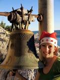 Mujer de la Navidad que sostiene una alarma Fotos de archivo libres de regalías