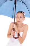 Mujer de la novia que oculta tomando la cubierta debajo del paraguas Imagen de archivo libre de regalías