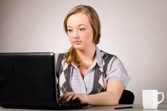 Mujer de la oficina con la computadora portátil Imagen de archivo