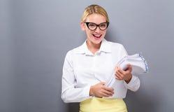 Mujer de la oficina con una pila de documentos fotos de archivo libres de regalías