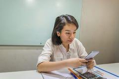 Mujer de la oficina enviar el mensaje en smartphone foto de archivo