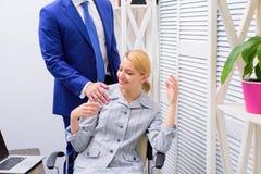 Mujer de la oficina y su jefe sensual Tacto sensual del jefe Enojado en el colega imágenes de archivo libres de regalías