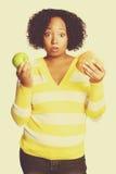 Mujer de la opción de la comida imagen de archivo