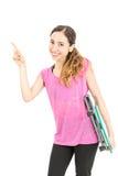 Mujer de la pérdida de peso que señala al espacio de la copia imagenes de archivo