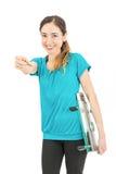 Mujer de la pérdida de peso que sonríe y que señala en la cámara imagen de archivo libre de regalías