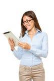 Mujer de la PC de la tablilla feliz fotografía de archivo libre de regalías