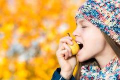 Mujer de la pera Muchacha que come la pera Imágenes de archivo libres de regalías