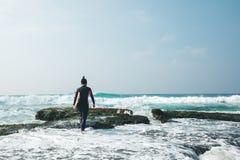 Mujer de la persona que practica surf con la tabla hawaiana foto de archivo libre de regalías