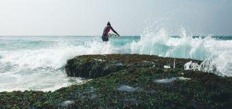 Mujer de la persona que practica surf con la tabla hawaiana fotos de archivo libres de regalías