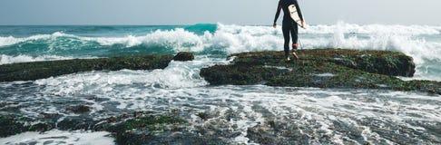 Mujer de la persona que practica surf con la tabla hawaiana imágenes de archivo libres de regalías