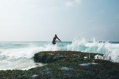 Mujer de la persona que practica surf con la tabla hawaiana imagen de archivo