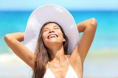 Mujer de la playa feliz en broncear del viaje Imagen de archivo libre de regalías