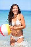 Mujer de la playa que juega con la bola que se divierte Foto de archivo libre de regalías