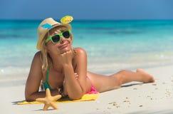 Mujer de la playa que ríe divirtiéndose en verano Imagen de archivo