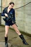 Mujer de la policía con el arma del asalto Fotos de archivo libres de regalías