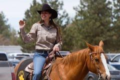 Mujer de la policía en el caballo - hermanas, rodeo 2011 de Oregon Fotos de archivo