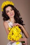 Mujer de la primavera con el ramo de flores amarillas Imágenes de archivo libres de regalías