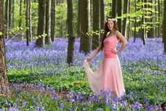 Mujer de la primavera en bosque de las campanillas Imagen de archivo