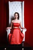 Mujer de la princesa en un rojo imagenes de archivo
