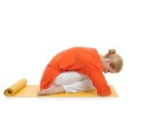 Mujer de la serie o de la yoga photos.young en actitud del virasana Fotografía de archivo